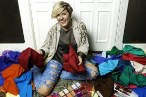 La asesora de imagen Mamen Abad con pañuelos y herramientas para analizar los colores en sus clientas