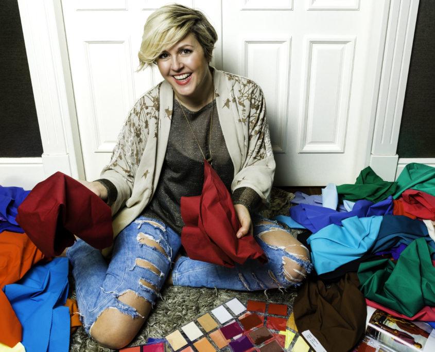 La asesora de imagen Mamen Abad con pañuelos y herramientas para analizar el color en sus clientas