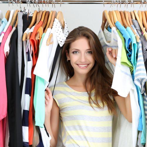 mujer dentro del armario