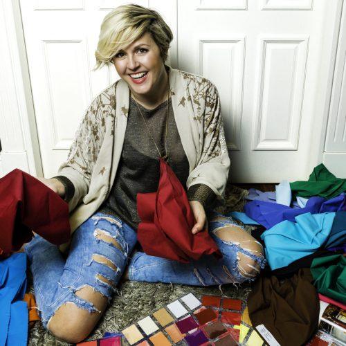 Mamen Abad con pañuelos de colores